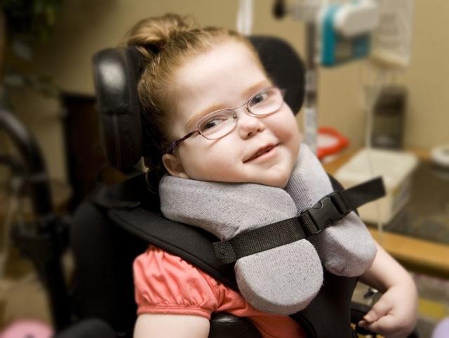 תמונה של ילדה בכיסא גלגלים